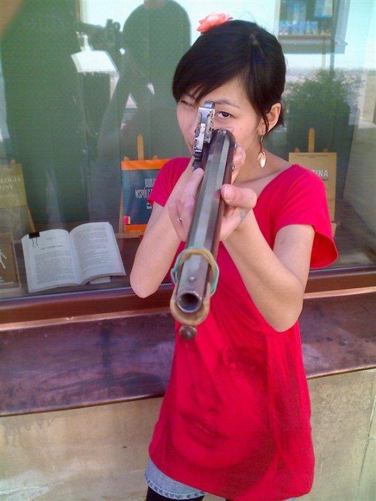 Azjatka z dawną bronią palną niemałych rozmiarów